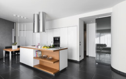 carrelage-noir-cuisine-moderne-credence-cs17-carrelage-saintais-saintes-grand-carreaux-pose
